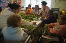 Miembros de Fundación Quiéreme y Protégeme compartiendo espacio con los abuelos.