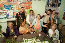 Diana, Miho, Cony, Erick, y todos los abuelitos , siempre en conexión trabando en equipo para crear muchas sonrisas.