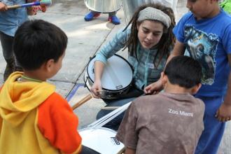 Enseña como tocar tambor a los niños