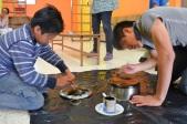 """[Taller JARDINCITO] """"Cocina Solar"""" Impartido por @LorenaHarp Los niños pintan la olla con esmalte negro mate para cocina solar."""