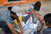 """[Taller JARDINCITO] """"Cocina Solar"""" Impartido por @LorenaHarp Niños aprendiendo como abrir panel solar."""