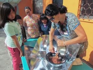 """[Taller JARDINCITO] """"Cocina Solar"""" Impartido por @LorenaHarp Masa en la olla para pastel de chocolate."""
